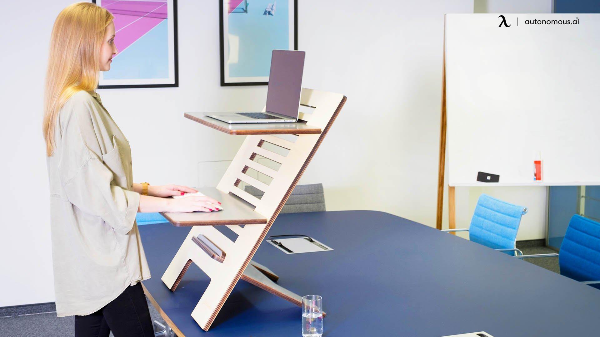 Combinez une petite table à un bureau pour obtenir votre bureau debout DIY