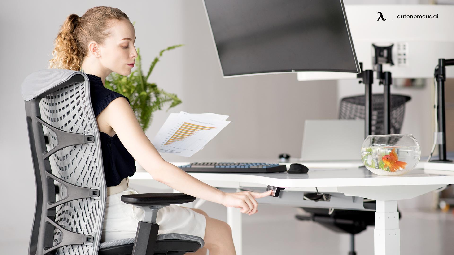 Benefits of an Electric Desk Compared to a Manual Standing Desk