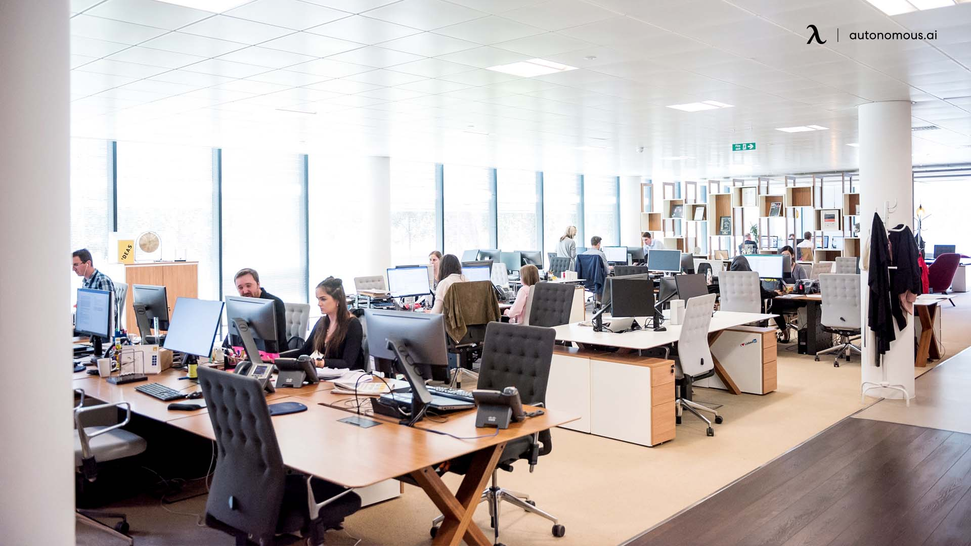 Pros and cons of hot desking